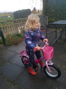 Julia leert fietsen
