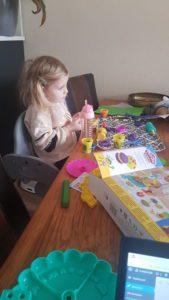 Julia speelt aan tafel