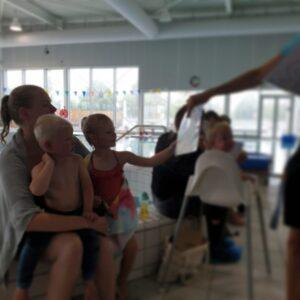 Julia krijgt haar zwemdiploma