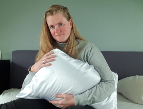 Ik en Satin Pillow